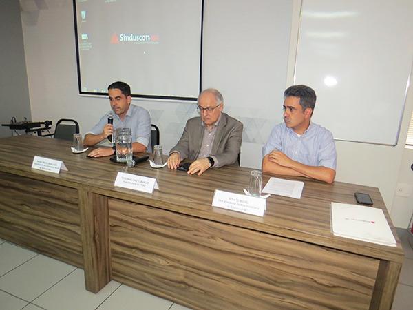 Da esquerda para direita: o vice-presidente de Comunicação Social do Sinduscon-MG, Bruno Magalhães, o vice-presidente da Fiemg, Teodomiro Diniz, e o vice-presidente da Área Imobiliária do Sinduscon-MG, Renato Michel